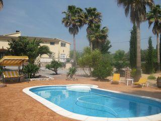 piscina i casa al fons de la finca
