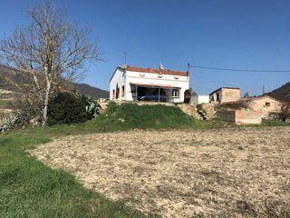 Vista de la casa i el terreny frontal