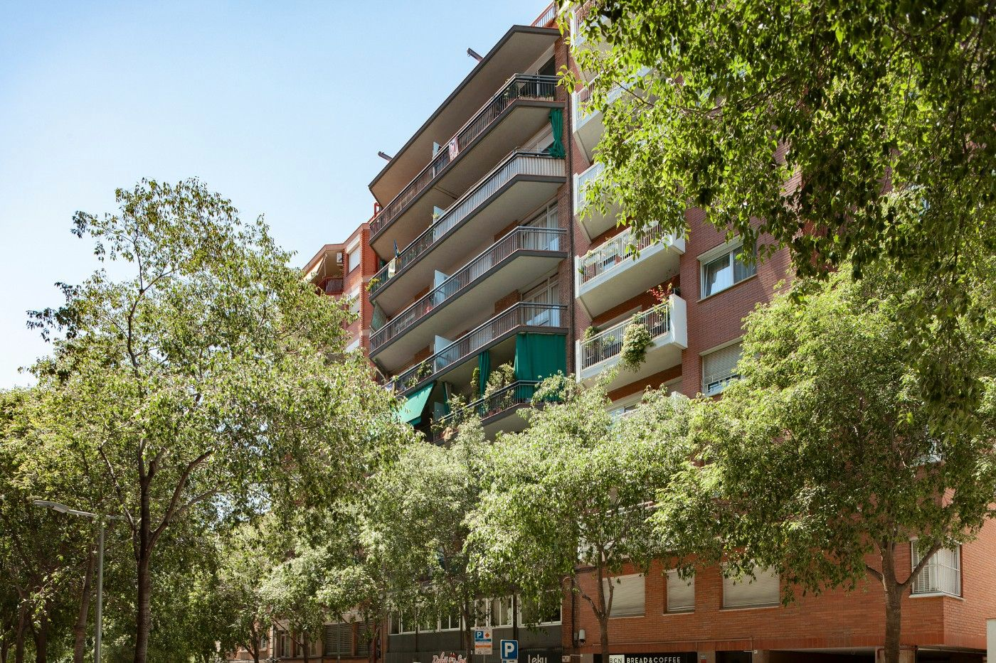 Rent Flat in Carrer joan guell, 189. Piso 4 hab junto metro les corts