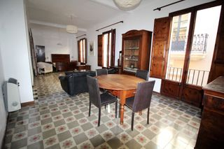 Rent Flat  Carrer can armengol. En el centro con ascensor y luz
