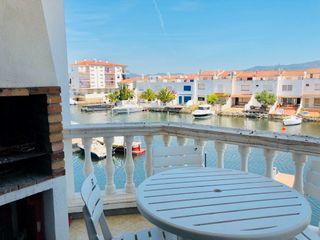 Apartament  Carrer port empordà. Acogedor apartamento con vistas al canal de empuriabrava
