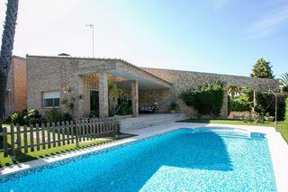 House en Campolivar. Casa con 6 habitaciones con parking, piscina, calefacción y aire