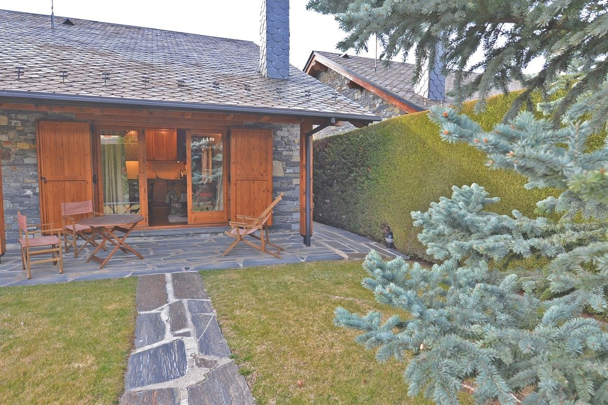 Semi detached house in Alp. Casa esquinera en alp