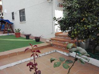 Casa adosada  Can toni. Torre esquinera con jardín