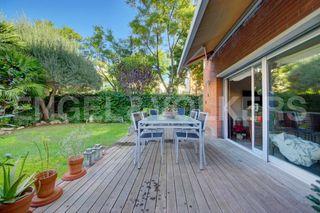 Casa  Centre. Esquinera con terraza y jardín