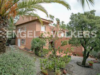 Haus in La Plana-Bellsoleig. Gran parcela y piscina interior