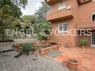 Casa in La Plana-Bellsoleig. Gran parcela y piscina interior