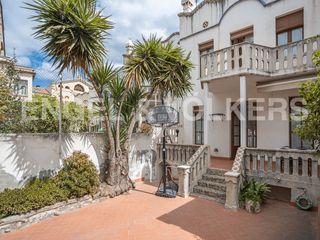 Casa in Roses-Castellbell. Modernista con jardín y terraza