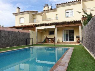 Casa  Carrer fluvia. Casa con piscina privada