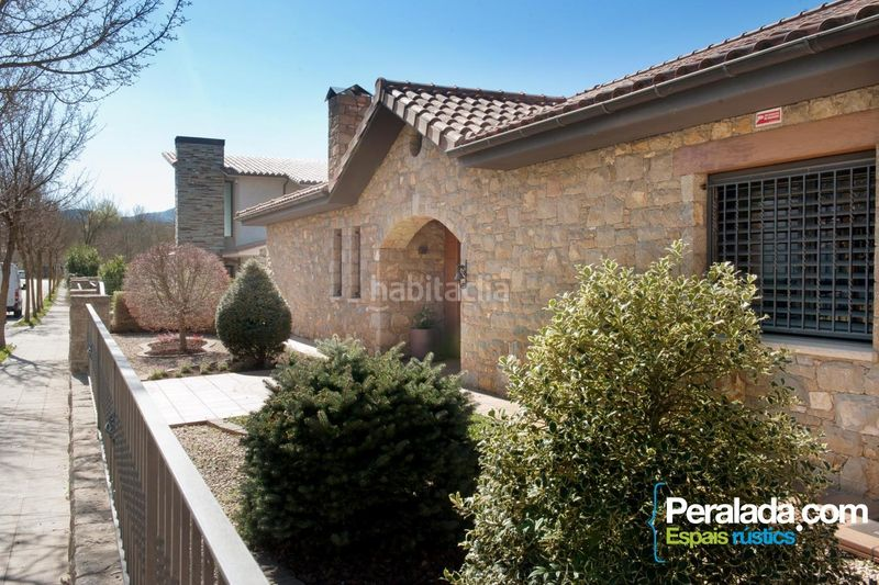 Fachada. House with fireplace parking in Olot