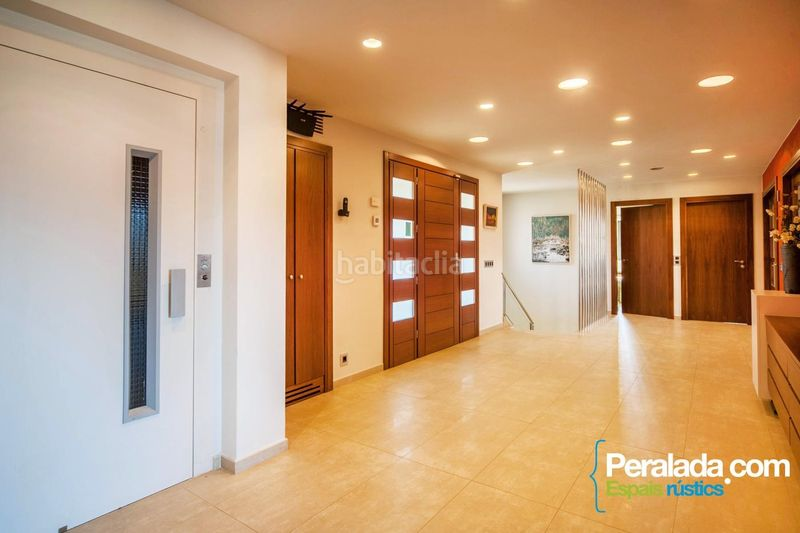 Hall. House with fireplace parking in Olot