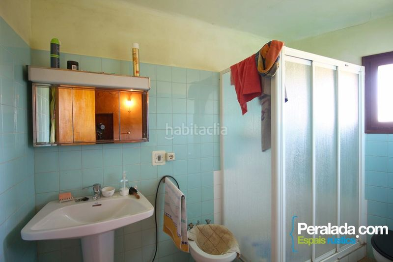 Baño. Country house with fireplace parking in Vilademuls