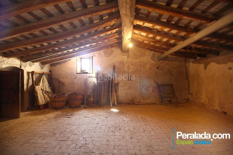 Habitación. Country house with fireplace parking in Vilademuls