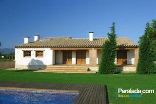 Villa in Carretera figueres, 34. Parcela ajardinada y piscina