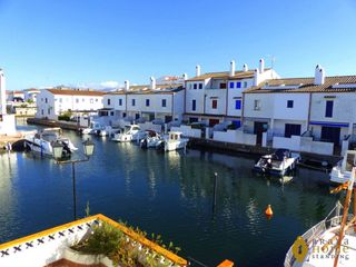 Semi detached house in Empuriabrava. Avec amarre et orientation sud