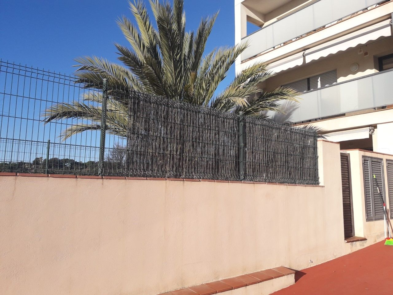 Rent Apartment in Carrer via cannetum, 18. Bajos con dos jardines