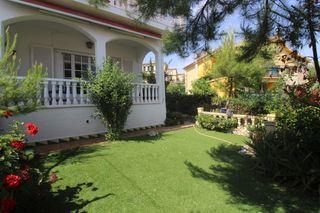 Casa adossada a Passeig fondat, 26. Casa adosada con jardín privado