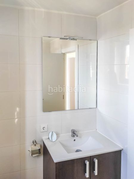 Baño completo con ducha. Rent flat with heating parking in Palmanova Calvià