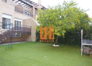 Alquiler Chalet en Villanueva de la Cañada. Chalet pareado con jardín propio. en urbanización privada con zo