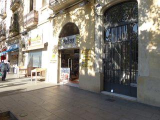 Local con inquilinos en Carrer creu coberta, 76. Local en venta  creu coberta 76