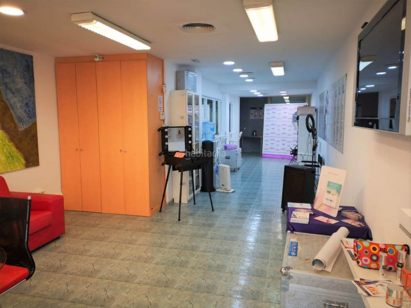 Alquiler Local Comercial en Carrer josep torras i bages, 15. Amplio local comercial reformado