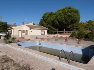 Xalet en Xixona. Chalet con 3 habitaciones, parking, piscina y jardín
