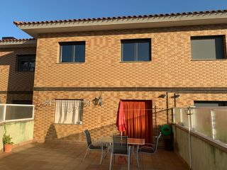 Semi detached house  Carrer calaf. Casa adosada en sant guim