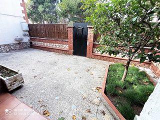 Casa en Eixample-Sant Oleguer. Casa con terrazas y parquing