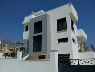 Casa  Pista. Brand new house in residential