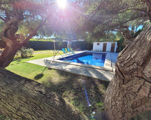 Chalet  Residential area close to sea and services. 4 bed roomed, amazing pool