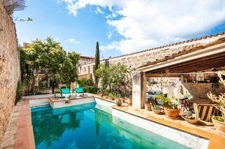 Casa en Alaró. Preciosa casa de pueblo con piscina en venta en el centro de ala