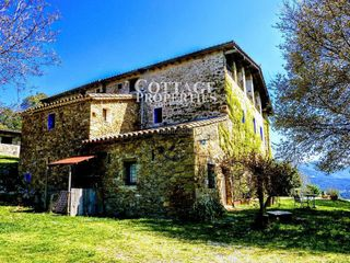 Country house in Montagut i Oix. Masia rural en montagut