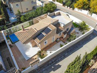 Chalet Calle Germanias -urb Los Balcones, 53. Villa independiente con piscina