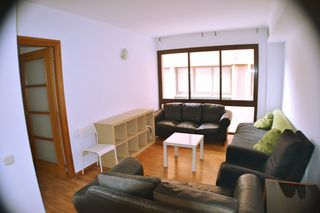 Rent Flat  Carrer galileu. Al lado de universidades.