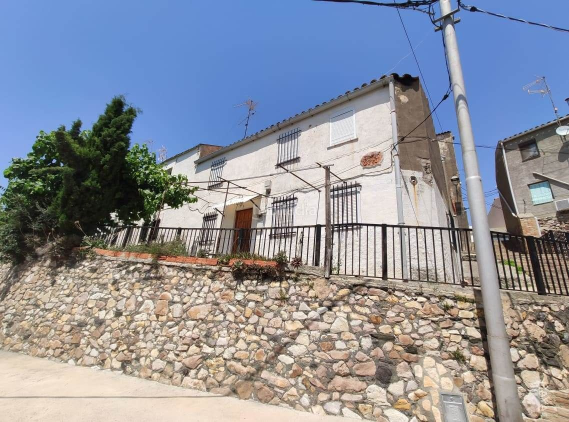 Semi detached house in Bellmunt del Priorat. Casa adosada con 4 habitaciones