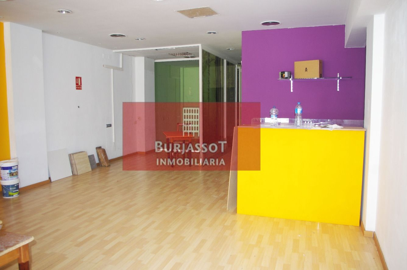 Lloguer Local Comercial en Lauri volpi 79. Local comercial con aire acondicionado