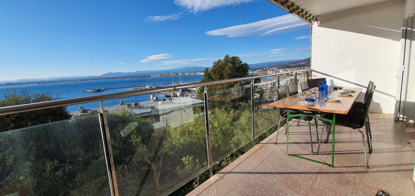 Apartment in Puig Rom-Canyelles-Almadrava. Vue  mer ,terrasse,proche plage