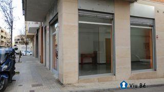 Lloguer Local Comercial a Sant Pere Nord. Local esquinero con escaparates