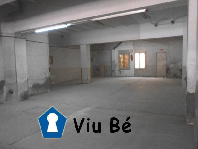 Car parking in Centre. Local 170m2 en el centro