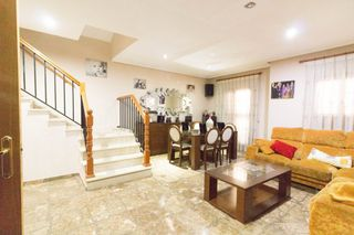 Semi detached house in El Mercado. Adosado en manises