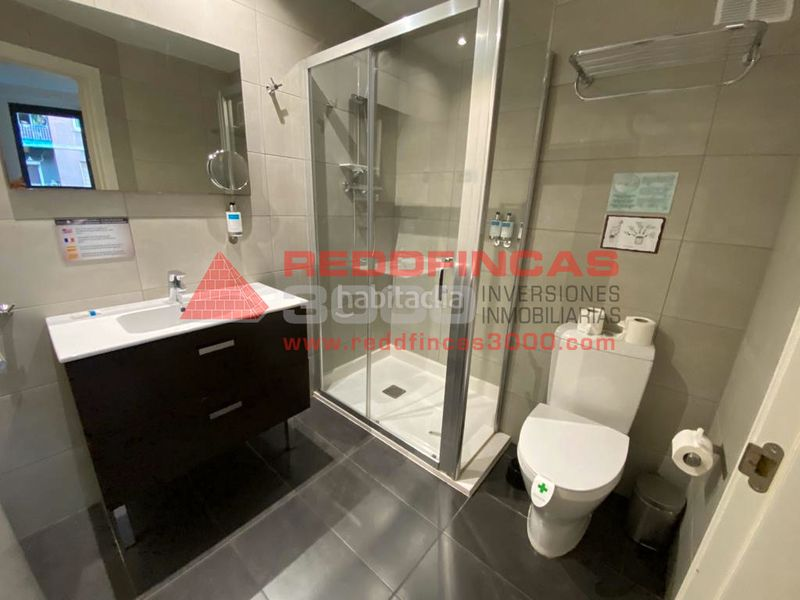 Baño completo con ducha. Holiday lettings apartment with heating pool in Sagrada Família Barcelona