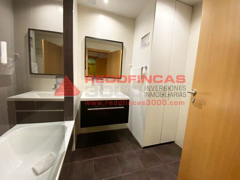 Baño completo con ducha. Holiday lettings apartment with heating in Sagrada Família Barcelona