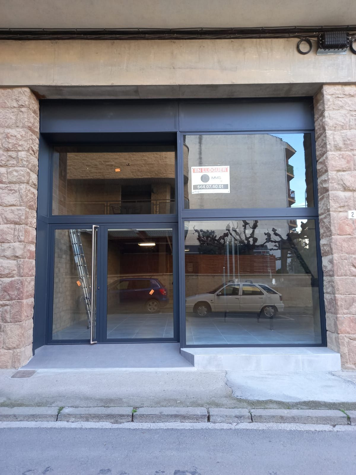 Rent Business premise in Solsona. Local comercial con gran escaparate y amplia puerta de entrada.