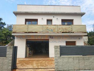 Casa in Caldes de Malavella. Casa con 5 habitaciones, parking, calefacción y terraza