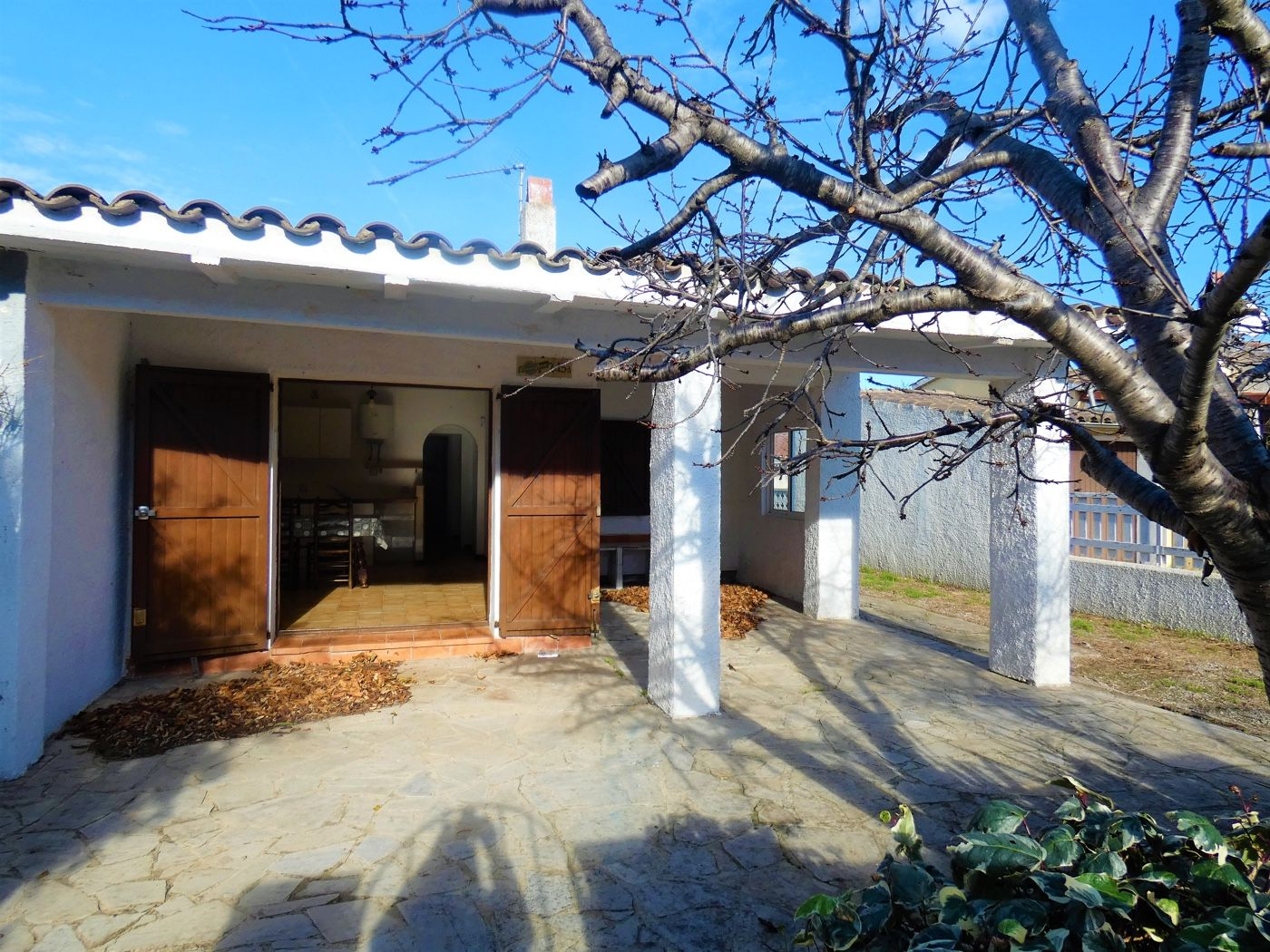 Semi detached house  Carrer puigmal-f2. Casa para reformar en venta en e