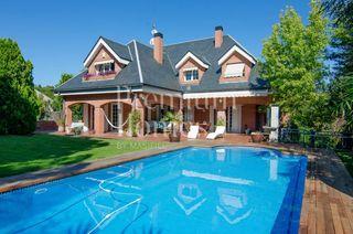 Casa en Bellaterra. Casa con 7 habitaciones, parking, piscina, calefacción y jardín