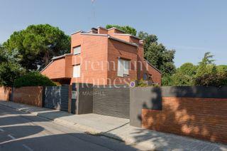 Casa en Bellaterra. Casa con 7 habitaciones, parking, calefacción y jardín