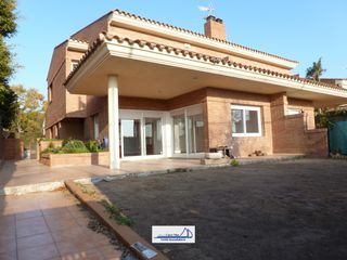 Chalet in Avinguda vilafortuny, 96. Amplio chalet pareado!