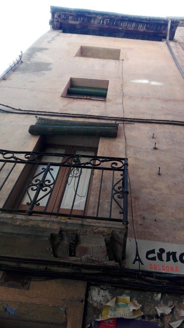 Other properties in C/ escasany, 32. Edifici als peus del castell