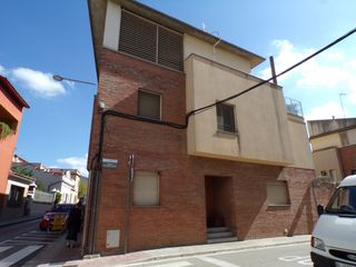 Semi detached house  Carrer anselm clavé. Chalet adosado en la garriga